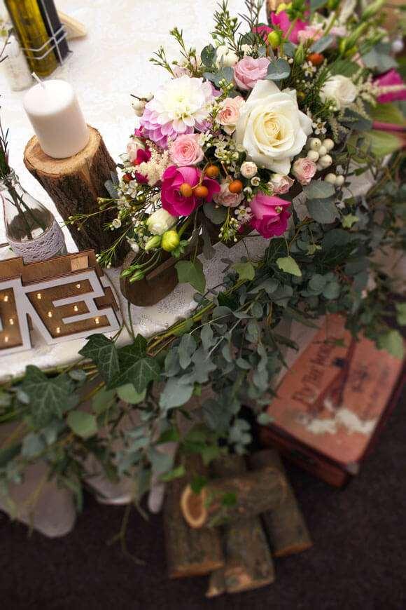aranjament rustic pentru masa cu  flori pastelate